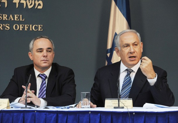 Under pressure from all sides: Israeli Prime Minister Benjamin Netanyahu and Finance Minister Yuval Steinitz