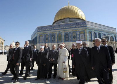 The Dome fo the Rock is also today a matter of Interfaith gathrings. Here during the Pope of Romes visit in May 2009.