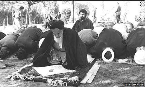 Ayathollah Khomeini bows down and worship the empty throne in Mecca
