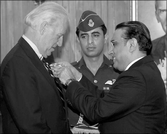 The US Vice President receive an award from the President of Pakistan