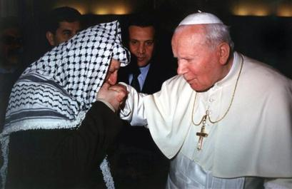 http://ivarfjeld.files.wordpress.com/2010/12/yasser-arafat-kisses-pope-john-paul.jpg