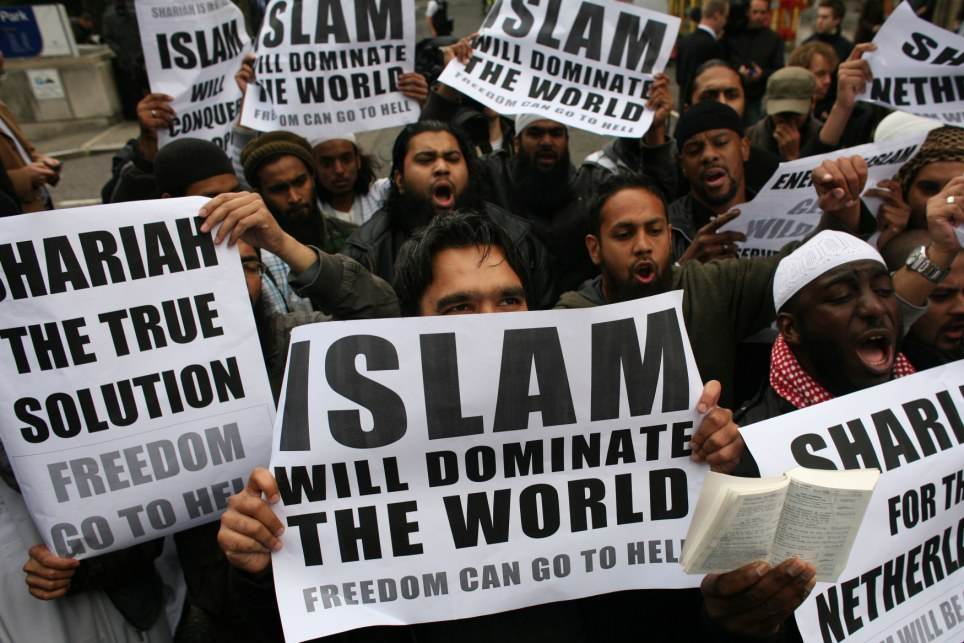 ISLAM tidak ingin perdamaian.. Muslims-carrying-banners-declaring-islam-will-dominate-the-world-protest-at-the-visit-of-mr-wilders-to-the-uk