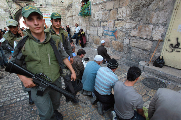 Jew Detector: Muslims Hurdles Stone On Jews From Temple Mount