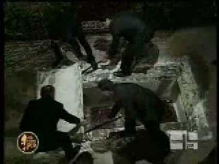 Ρωμαϊκή Καθολική πλιατσικολόγοι τάφο στην εργασία, αφαιρώντας το φέρετρο του Padre Pio.