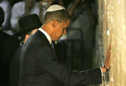 Husein Obama with a Jewish kipa at the Western wall.