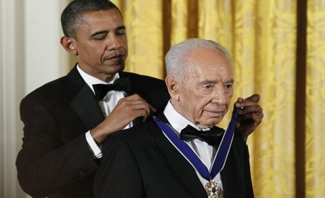 Obama gives Shimon June 14th, 2012. Obama gives Peres the US Preseidental medal of Freedom.