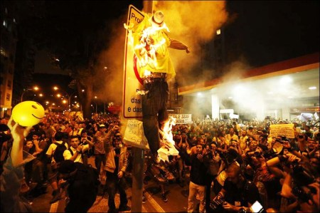 A lot of people gathered to see the burning of an effigy of the Pope