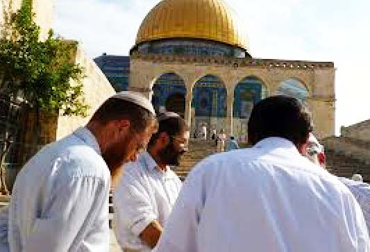 """Jews paying at the Temple Mount is portrayed as a """"threat"""" to World peace."""