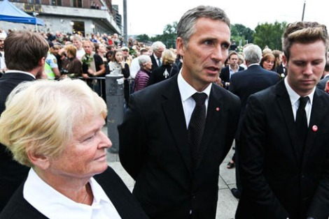 attitudes of Eskil Pedersen (right). PM Stoltenbegr (center), and former PM Brindtland (left).