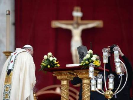 "The Pope bows before the box, which prove that the Vatican is the ""skull and bones"" society."