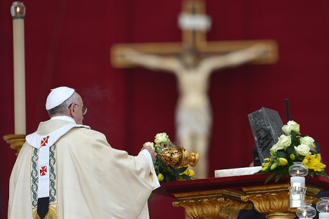 The Pope mocks God, offering incense to a metal box with bones and ashes.