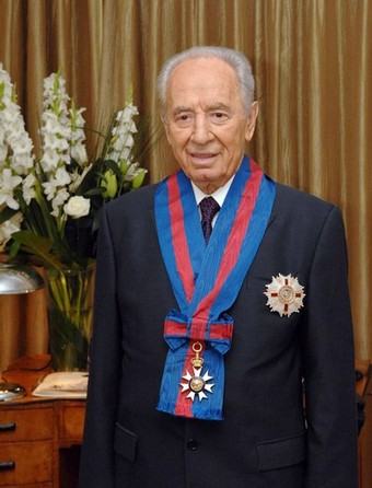 Shimon Peres with the knighthood granted by the Queen of England.