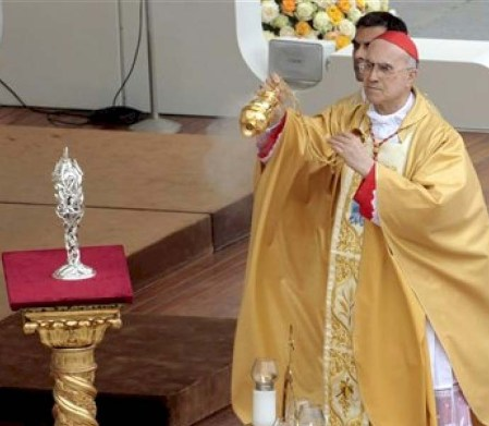 Incense is offered in worship of the blood of the late Pope. Truly demonic and a ritual to honor Satan.