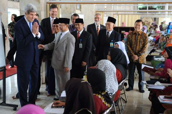 John Kerry join Muslim women praying in Jakarta.