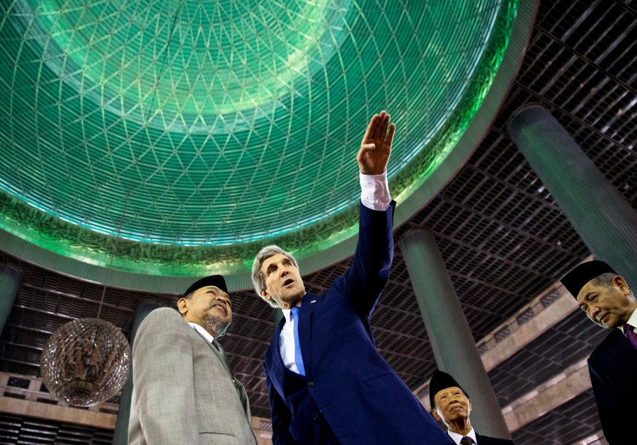 Immersed: U.S. Secretary of State John Kerry tours the Istiqlal Mosque with Grand Imam K.H. Ali Mustafa Yaqub on Sunday in Jakarta.