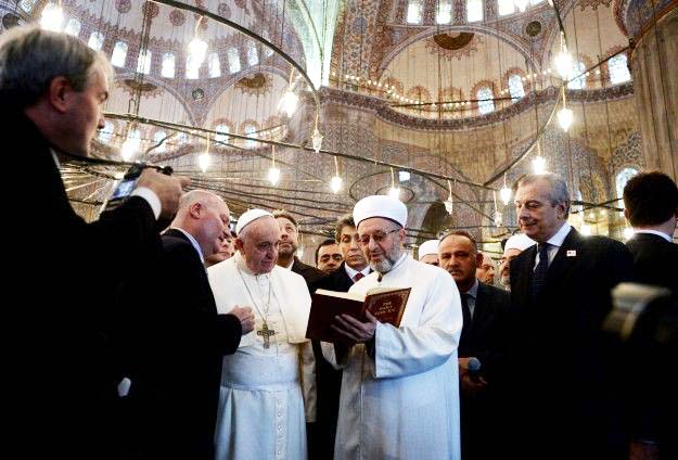 The Grand Mufti reads some verses from the Koran, before he and the Pope pray towards Mecca.