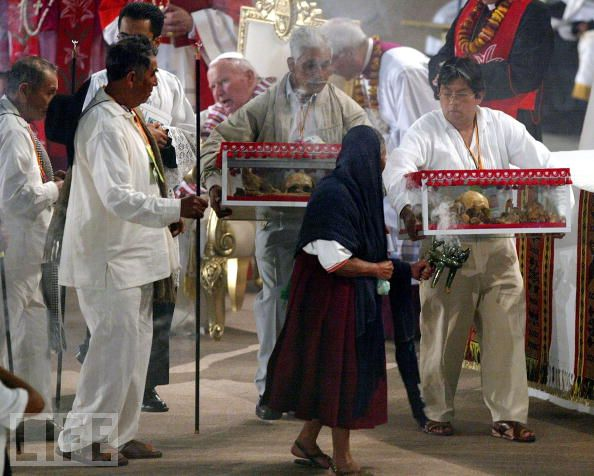 The skulls leaves the Pope, after the Pontiff touched their boxes adn blessed them.