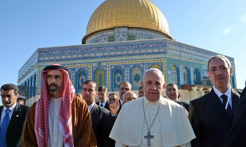 "The Pope never calls for Jewish or Christian prayers when he visits the Temple Mount to ""honor god""."