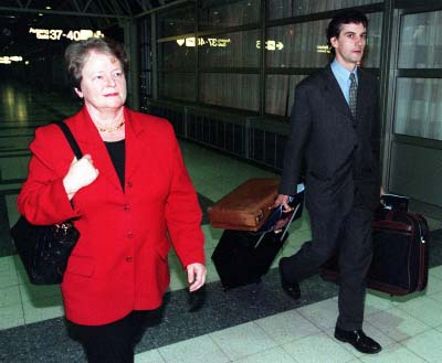 Gahr Støre carries the luggage of Brundtland in 1998, as the was the head of WHO.