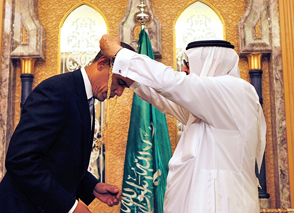 Obama bow befor the totalitarian Saudi king as he receieve an Islamic medal of honor.