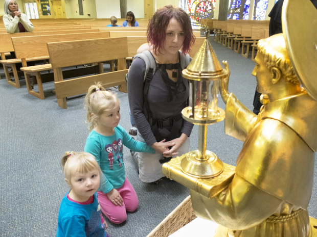 ***FREELANCE PHOTO - POSTMEDIA NETWORK USE ONLY*** Calgary_10/21/2014-Marta Horvath and her daughters Mary, 2 and Amalia, 4 (right) visited St. Luke's Catholic Church on Tuesday afternoon to see St. Anthony's rib. Post photo by Greg Fulmes (Jen Gerson story)
