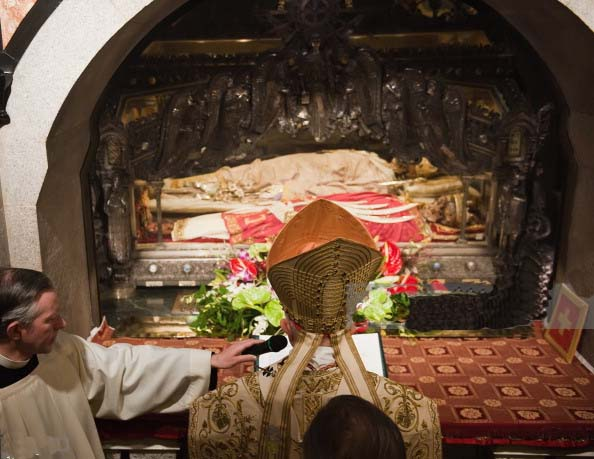 A Catholic mass is conducted in front of the corpse of the Bishop of Milan.