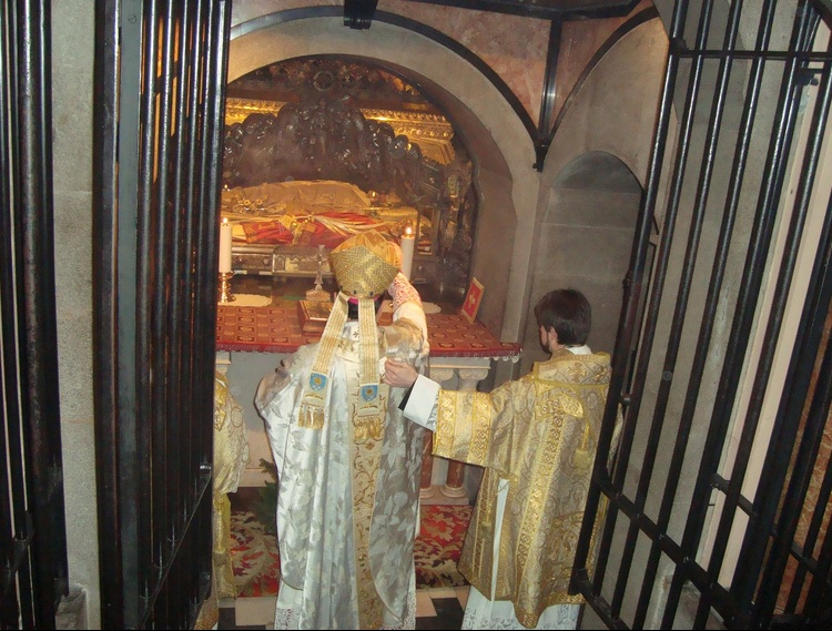 A local Italian bishop worship the corpse of