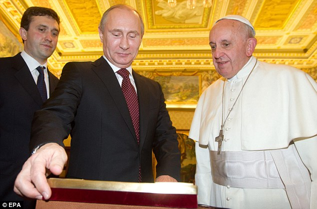 Putin presents his gift to the Pope during an audience.