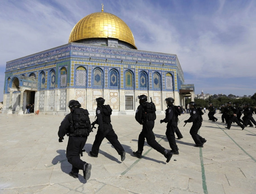 The security police of Jerusalem battle tjhe forces of Jihad on the Temple Mount.