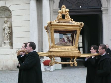 The skull is carried around like an acient pagan king, by the faithful Austrian Catholics.