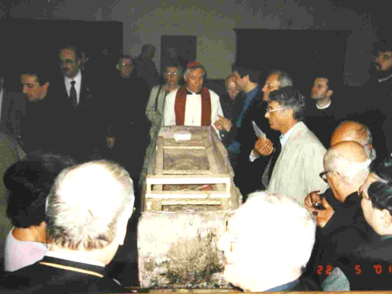 The coffin is opend with the failful Catholics as witnesses.