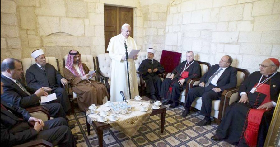 The Pope adress the Grand Mufti of Jerusalem at a tea gathering inside the