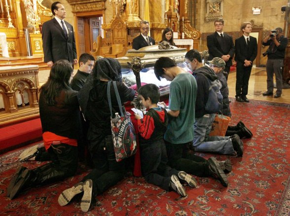 Worshippers venerate relics of St. Maria Goretti at Chicago church